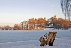 Het Paleis van Linlithgow op bevroren loch Stock Foto's
