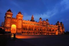 Het Paleis van Mysore in India bij nacht wordt verlicht die Stock Afbeelding