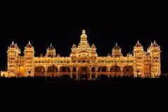 Het Paleis van Mysore in India bij nacht wordt verlicht die Stock Foto's