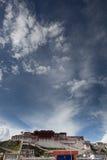 Het paleis van Potala en cloudscape Stock Foto's