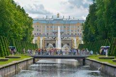 Het Paleis van Rusland Peterhof in de zomertijd van St. Petersburg stock foto's