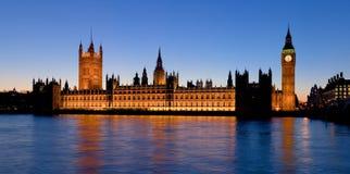 Het paleis van Westminster bij schemer Stock Afbeelding