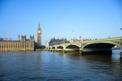 Het Paleis van Westminster met de klokketoren van Big Ben en de Brug van Westminster, Londen, Engeland stock fotografie