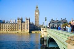 Het Paleis van Westminster met de klokketoren van Big Ben en de Brug van Westminster, Londen, Engeland stock afbeelding