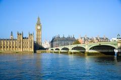 Het Paleis van Westminster met de klokketoren van Big Ben en de Brug van Westminster, Londen, Engeland stock foto's