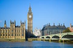 Het Paleis van Westminster met de klokketoren van Big Ben en de Brug van Westminster, Londen, Engeland stock afbeeldingen