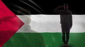 Het Palestijnse militairsilhouet groeten tegen nationale vlag, gewelddadig conflict stock footage
