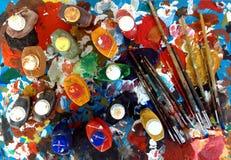 Het palet en de schilderijen van borstels Stock Afbeeldingen