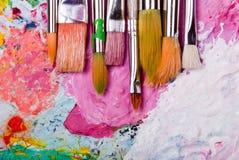 Het palet van de kleur met vele borstels Royalty-vrije Stock Afbeeldingen