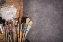 Het palet van de kunstenaar, borstels, schildersezel royalty-vrije stock fotografie