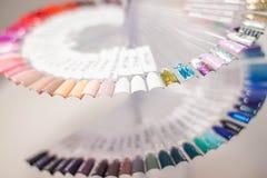 Het palet van nagellak, een ongebruikelijk palet die van nagellak, palet wervelen stock foto