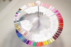 Het palet van nagellak, een ongebruikelijk palet die van nagellak, palet wervelen stock fotografie