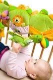 Het palying van de baby op bed Stock Foto