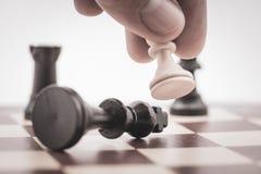 Het pand slaat de koning op een schaakraad stock foto's