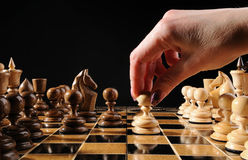 Het pand van de het schaakbeweging van de hand Stock Fotografie