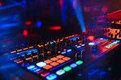 Het paneel van het de mixercontrolemechanisme van DJ voor elektronische muziek stock afbeeldingen