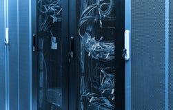 Het paneel van de netwerkserver met ethernetkabel op schakelaars in schoolsysteem stock foto
