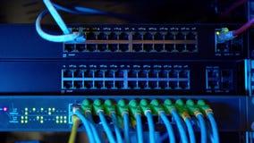 Het paneel van de netwerkserver met schakelaar en flardkoordkabels in gegevensruimte Digitale computer voor technologieachtergron stock videobeelden