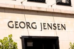 Het paneel van Georg Jensen logotypesign op opslag Beroemd Deens luxejuwelen en wereldwijd vertegenwoordigd tafelzilvermerk stock foto's