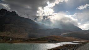Het panorama aan meren bij Barskoon-pas, de rivier en de kloof en Sarymoynak gaan, jeti-Oguz, Kyrgyzstan over royalty-vrije stock fotografie