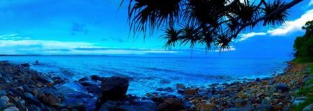 Het panorama blauwe oceaan van het Noosa nationale park in de zonsopgang in de zomerrotsen en bomen Stock Afbeeldingen