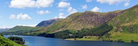 Het panorama Buttermere van het meerdistrict het Meren Nationale Park Cumbria Engeland het UK op een mooie zonnige langs omringde Stock Foto's