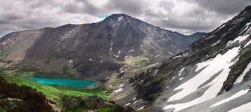 Het panorama en het meer van de berg. Stock Foto's