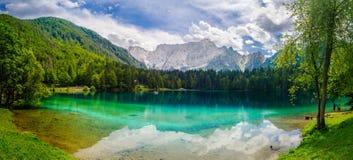 Het Panorama Italiaanse Alpen van Tarvisio Italië van het Fusinemeer royalty-vrije stock foto