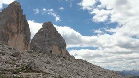 Het panorama op bergbeklimmers die bij lopen betaalt van de Tre Cime di Lavaredo-pieken stock videobeelden