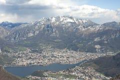 Het panorama op Lecco stad, meer Como zet Resegone op Stock Foto's