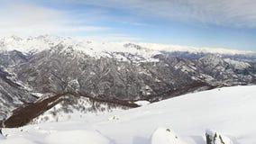 Het panorama op sneeuw dekte bergpieken en randen van de majestueuze Italiaanse alpiene boog in wintertijd en Kerstmistijd af stock video