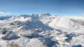 Het panorama op sneeuw dekte bergpieken en randen van de majestueuze Italiaanse alpiene boog in wintertijd en Kerstmistijd af stock videobeelden