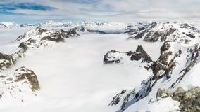 Het panorama op sneeuw dekte bergpieken en randen van de majestueuze Italiaanse alpiene boog in wintertijd en Kerstmistijd af stock footage