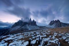 Het panorama van het berglandschap met de blauwe zonsondergang van de hemel Schitterende winter in Dolomiet, Italië Kleurrijke op royalty-vrije stock fotografie