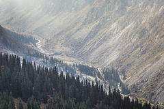 Het panorama van berglandschap van kloof ala-Archa in de som Stock Afbeeldingen