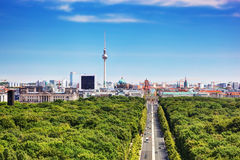 Het panorama van Berlijn. De Toren van TV van Berlijn en belangrijke oriëntatiepunten royalty-vrije stock afbeeldingen