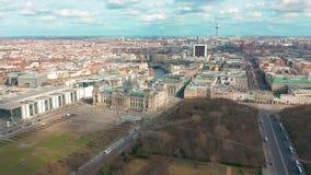 Het panorama van Berlin Brandenburg Gate en Reichstag- Lucht Mening stock video