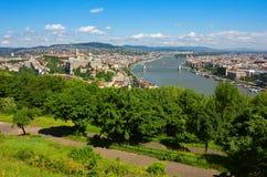 Het Panorama van Boedapest van de Gellert-Heuvel met de rivier van Donau stock afbeeldingen
