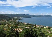 Het panorama van Bracciano van het meer stock afbeeldingen