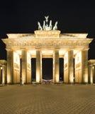 Het panorama van de Piek van Brandenburger (de Poort van Brandenburg), beroemd oriëntatiepunt in de nacht van Berlijn Duitsland stock afbeelding