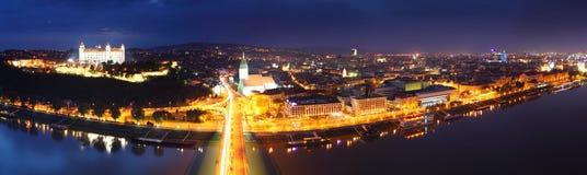 Het panorama van Bratislava bij nacht Stock Afbeelding