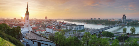 Het panorama van Bratislava bij zonsopgang Stock Foto