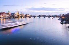 Het panorama van Charles Bridge in Praag met motie blured boot, Tsjechische Republiek Stock Afbeelding