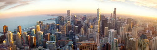 Het panorama van Chicago bij zonsondergang