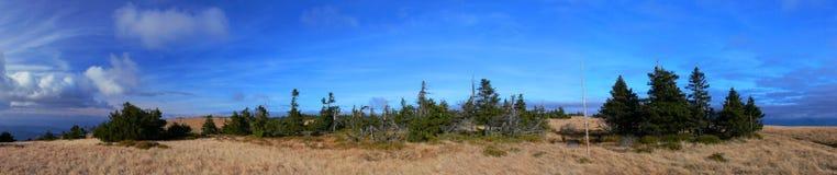 Het panorama van de berg met blauwe hemel Royalty-vrije Stock Afbeeldingen