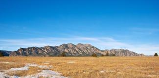 Het Panorama van de berg met een Grasrijk Gebied Stock Afbeelding