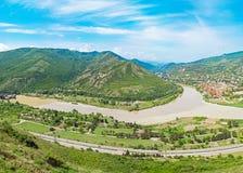 Het panorama van de berg met groen gebied en blauwe hemel. Royalty-vrije Stock Afbeelding