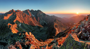 Het panorama van de bergzonsondergang van piek - Slowakije Tatras royalty-vrije stock foto