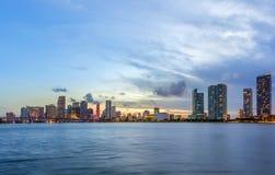 Het panorama van de de stadshorizon van Miami bij nacht Stock Afbeeldingen