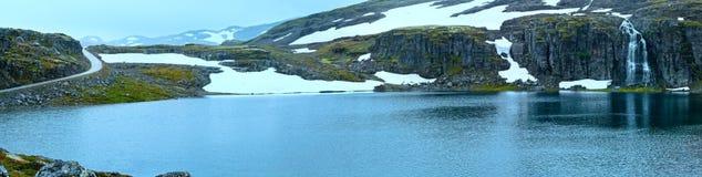 Het panorama van de de zomerberg met meer en sneeuw (Noorwegen) Stock Foto